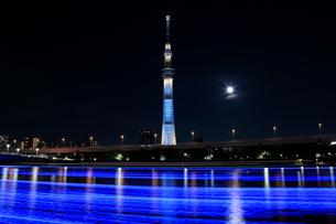 東京ホタルと東京スカイツリーとスーパームーンの写真素材 [FYI01673486]