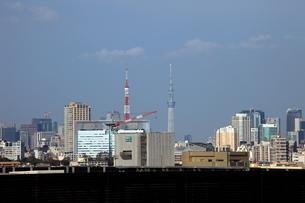 同じくらいの高さに見える東京スカイツリーと東京タワーの写真素材 [FYI01673508]