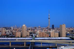 雪景色と東京スカイツリーの写真素材 [FYI01673548]