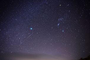 天の川と流星の写真素材 [FYI01673564]