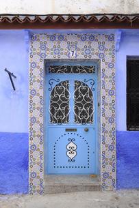 モザイク模様と青い扉の写真素材 [FYI01673826]