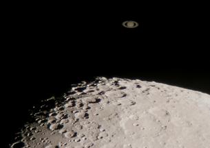 月と土星の接近の写真素材 [FYI01673872]