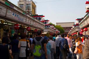 人々で賑わう浅草の浅草寺の写真素材 [FYI01674381]