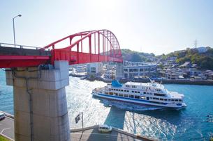 音戸大橋と船の写真素材 [FYI01675161]