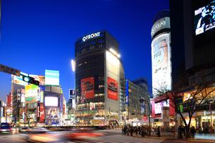 夕暮れの渋谷駅前交差点の写真素材 [FYI01676171]