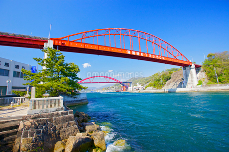 音戸大橋と清盛塚の写真素材 [FYI01676886]