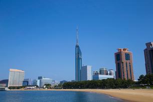 青空に聳える福岡タワーの写真素材 [FYI01677301]
