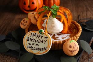 ハロウィンBDケーキの写真素材 [FYI01677351]