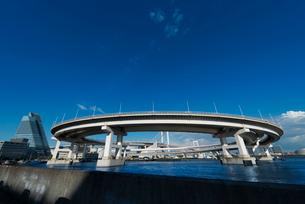レインボーブリッジのループ橋(全体)の写真素材 [FYI01678784]