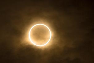 雲間の金環日食(蝕最大)の写真素材 [FYI01678826]