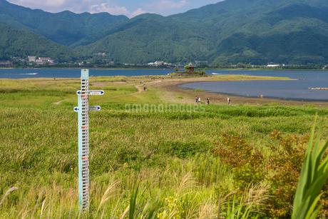 河口湖の干上がった六角堂と水位計の写真素材 [FYI01678881]