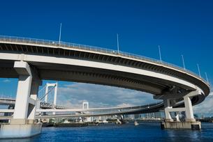 レインボーブリッジのループ橋(半分)の写真素材 [FYI01678952]