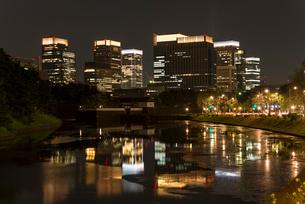 皇居外苑・桜田壕から八重洲ビル群の夜景の写真素材 [FYI01678957]