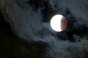 雲間の月蝕(2014年10月8日、食の終わり前)の写真素材 [FYI01679253]