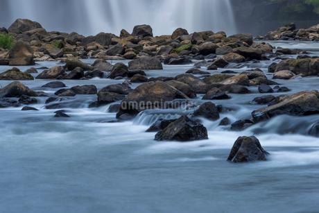 沈堕の滝 雄滝の水面 スローシャッター・河原からの写真素材 [FYI01679466]
