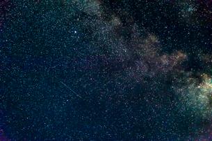 星野(わし座アルタイル、アルシャイン、タラゼド、天頂で左が東)の写真素材 [FYI01679547]