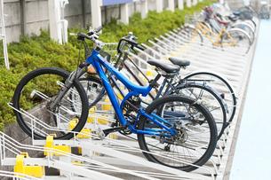 駐輪場の自転車の写真素材 [FYI01679569]
