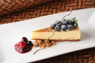 ブルーベリーのチーズケーキの写真素材 [FYI01679605]