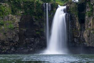 沈堕の滝 雌滝 スローシャッターの写真素材 [FYI01679937]