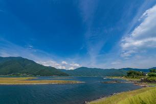 渇水で湖底が露出した河口湖(湖のほぼ真ん中の南岸より北東)の写真素材 [FYI01679960]