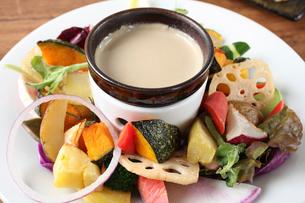 新鮮野菜のバーニャカウダの写真素材 [FYI01680078]
