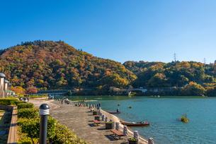 秋の相模湖 湖岸と嵐山と嵐山洞門の写真素材 [FYI01680085]