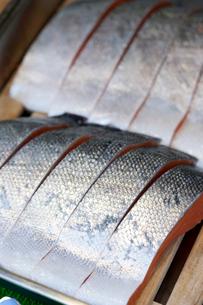 鮮魚店に並ぶ塩鮭の切り身の写真素材 [FYI01680124]