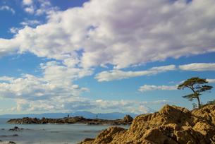 岩場と松と遠方の富士山(スローシャッター)の写真素材 [FYI01680210]