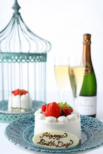 イチゴのバースデーケーキの写真素材 [FYI01680257]