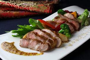 中華風イベリコ豚のステーキの写真素材 [FYI01680262]