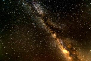 星野(わし座アルタイル、へびつかい座、いるか座、天頂で左が東)の写真素材 [FYI01680470]