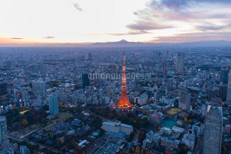 富士山と東京タワーライトアップのトワイライト空撮の写真素材 [FYI01680591]