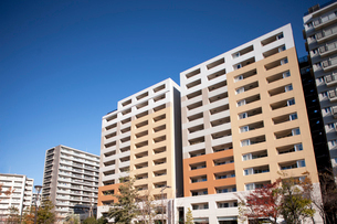 新興住宅地の高層マンションの写真素材 [FYI01680649]