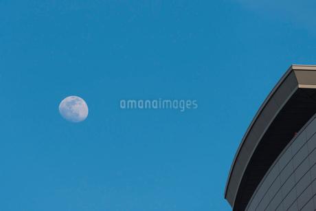 日暮れ前の月の写真素材 [FYI01680695]