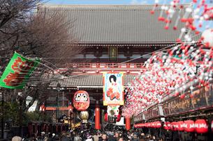 正月の仲見世通りと浅草寺の写真素材 [FYI01680772]