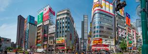 TOHOシネマズ新宿(新宿東宝ビル)-靖国通りよりパノラマの写真素材 [FYI01680932]