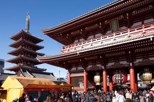 初詣客でにぎわう浅草寺の写真素材 [FYI01680971]