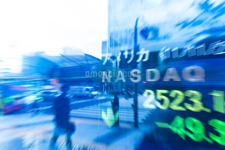 街頭で投資情報を表示する電光掲示板の写真素材 [FYI01681010]