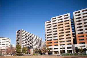 新興住宅地の高層マンションの写真素材 [FYI01681024]