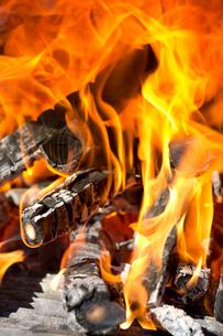 焚き火の炎の写真素材 [FYI01681042]