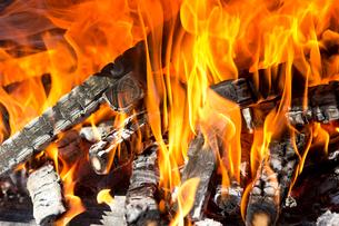 焚き火の炎の写真素材 [FYI01681058]