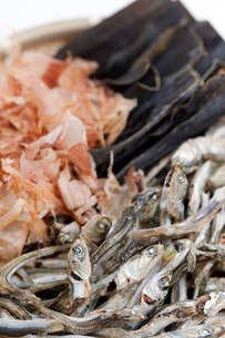和風だし 煮干しと昆布とハナカツオの写真素材 [FYI01681102]