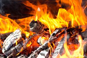 焚き火の炎の写真素材 [FYI01681115]