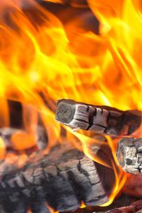 焚き火の炎の写真素材 [FYI01681164]