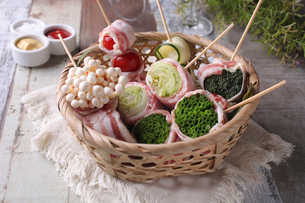 野菜肉巻き串の盛り合わせの写真素材 [FYI01681201]