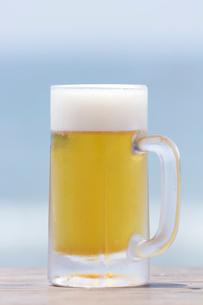 ビーチと生ビールの写真素材 [FYI01681275]
