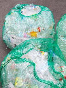 分別回収されるペットボトルの写真素材 [FYI01681401]