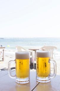 海辺で飲む生ビールの写真素材 [FYI01681549]