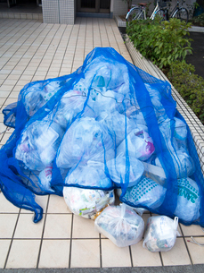 家庭ゴミの集積所の写真素材 [FYI01682011]