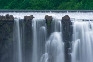 沈堕の滝 雄滝 スローシャッター・河原からの写真素材 [FYI01682039]